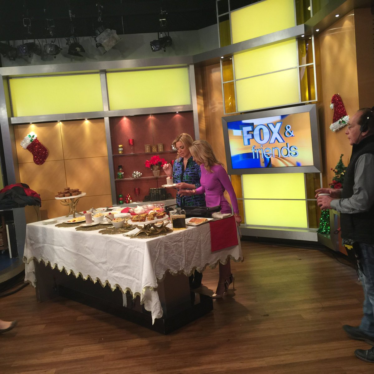 On stage at @foxandfriends with my @frontgate collection. Showing @ehasselbeck how to make a #glutenfree breakfast. https://t.co/BSGlHt6pB6