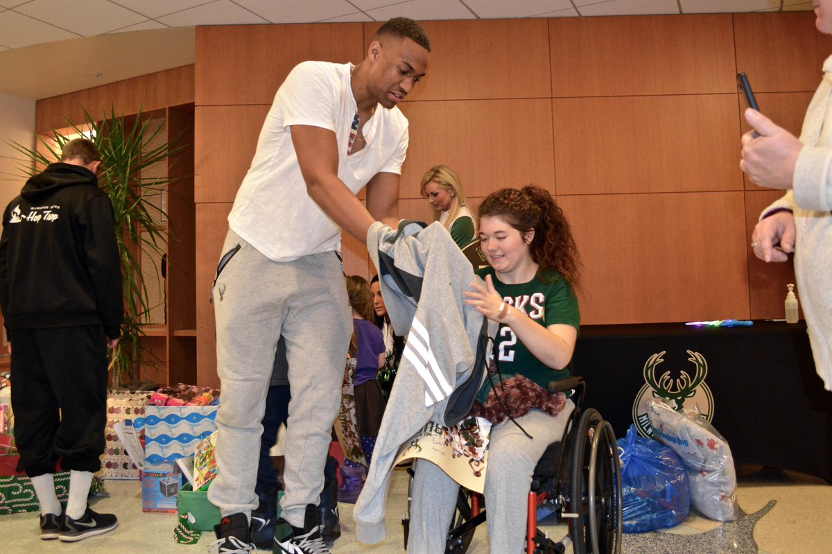 Jabari Parker gave the shirt off his back to Carley during today's @Bucks team visit with our patients. Amazing day! https://t.co/BmH7yisA6d
