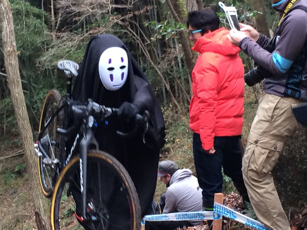 シクロクロスくろんど池仮装カテゴリー、カオナシのクォリティ超高くてな。 階段を自転車をかついで上り、おもむろに自転車を脇に置いたかと思うと、引き返して、階段に体操座りして次に来るフレディ・マーキュリーを見守るカオナシさん。 https://t.co/y8J0VCxPg6