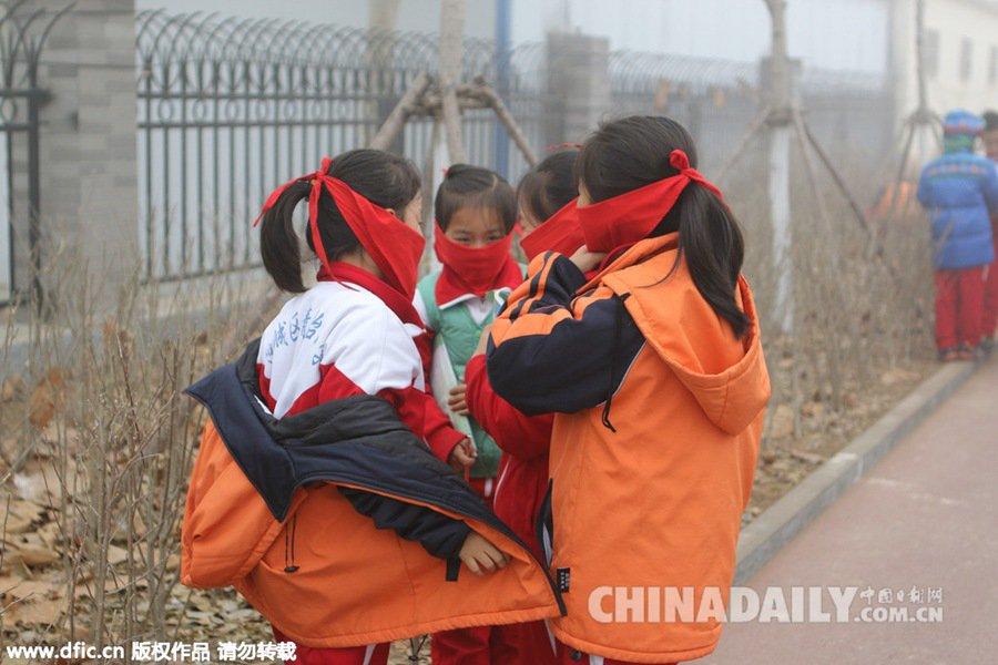 派上用场 RT @ChuBailiang: The red scarf of China's young pioneers is now used to ward off smog. https://t.co/oqE3x1TUpf https://t.co/RPoEAGk2Tf