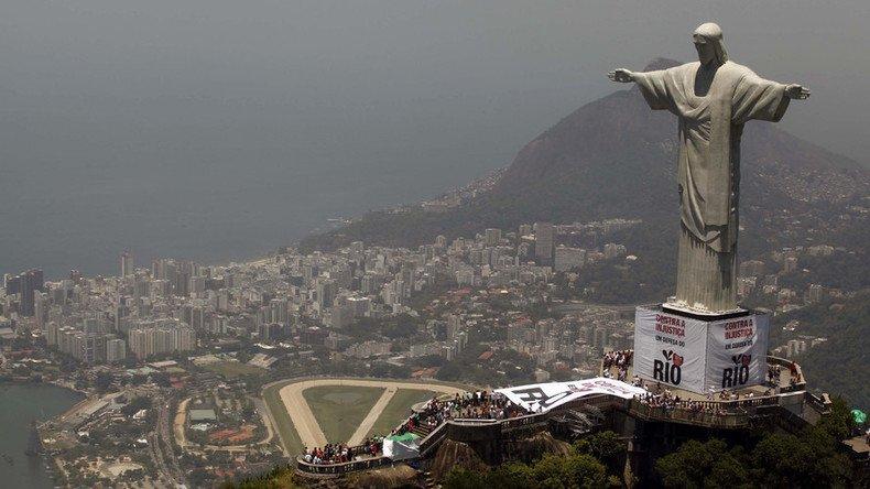 Russian daredevils sneak to top of Rio's Jesus statue (VIDEO)