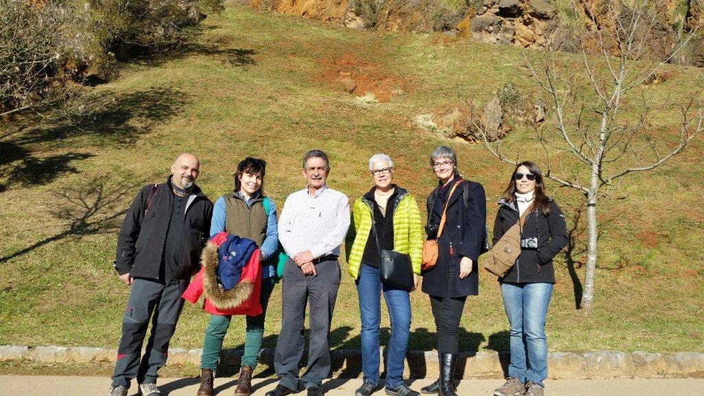 En @PCabarceno nos acabamos de encontrar con el presidente de Cantabria @RevillaMiguelA #NosvemosenCantabria https://t.co/HEcemKiFup