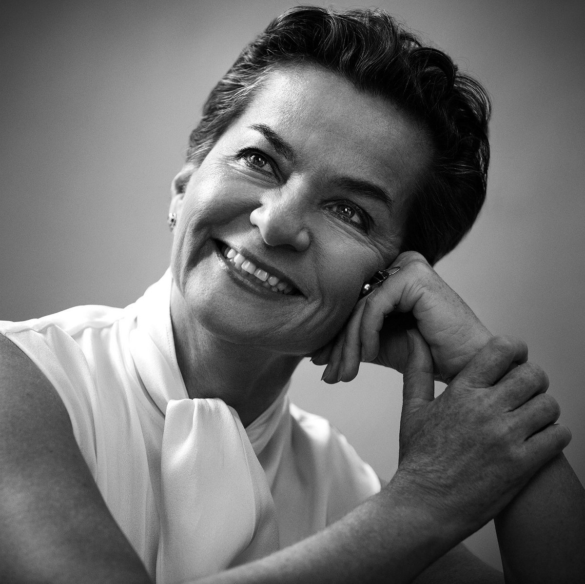 Standing ovation for Christiana Figueres. Leadership and tenacity. One of our true climate heroes #ParisAgreement https://t.co/GmA79QyklY