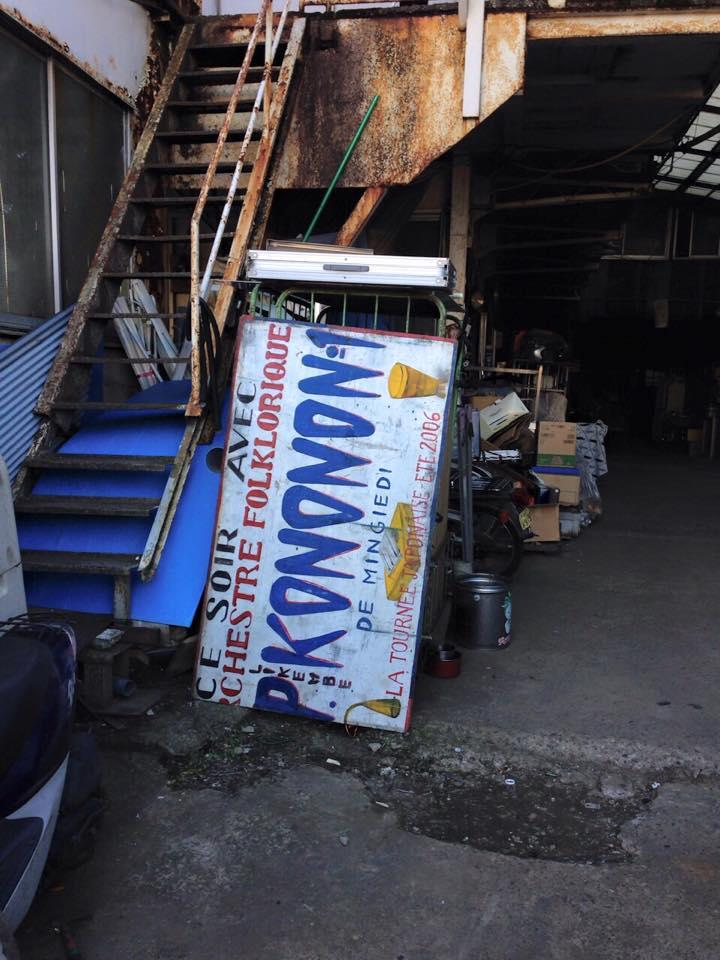 去年の暮れに家の前のリサイクル業者で発見された、Konono Nº1がツアーするときに持っていくペンキの手書き看板が、今も現役でトラックの荷台を抑えるコンパネとして使われていることを2015のベストモーメントとしたい https://t.co/uEyMniLNgm