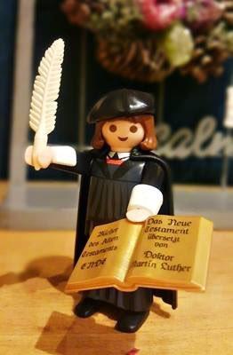 宗教改革500周年記念マルティン・ルターのプレイモービルフィギュアが本日再入可いたしました。プレイモービルは、独バイエルン州ツィルンドルフ  に本社を置くゲオブラ・ブランドシュテーター社 が発売している有名な玩具メーカです。 https://t.co/pGepNStKei