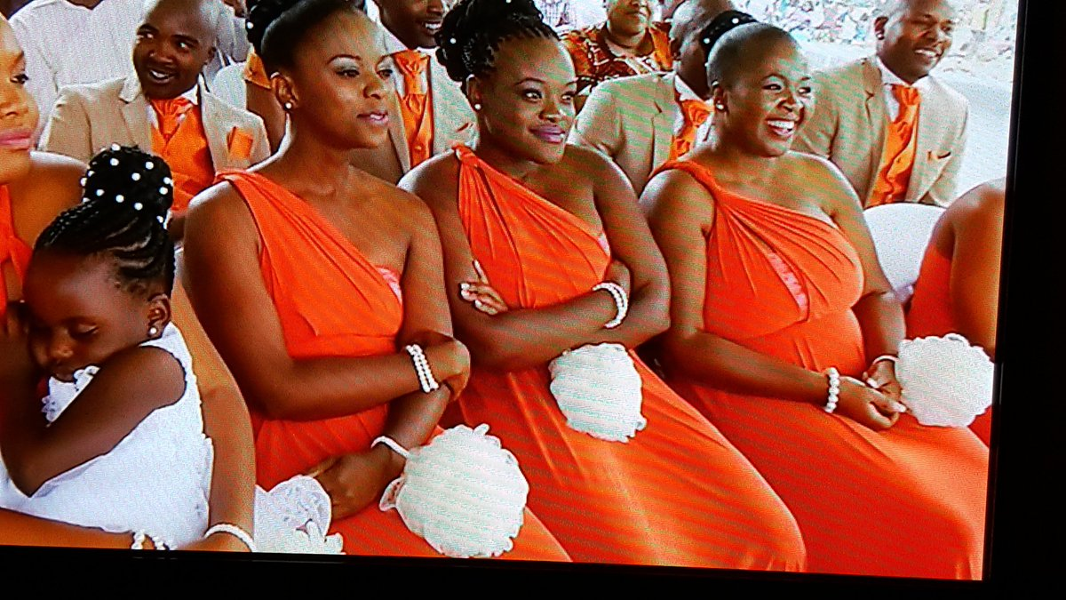 Guys are these loofahs on the bridesmaid's arms?? #OurPerfectWedding https://t.co/aHEXY0eF3R