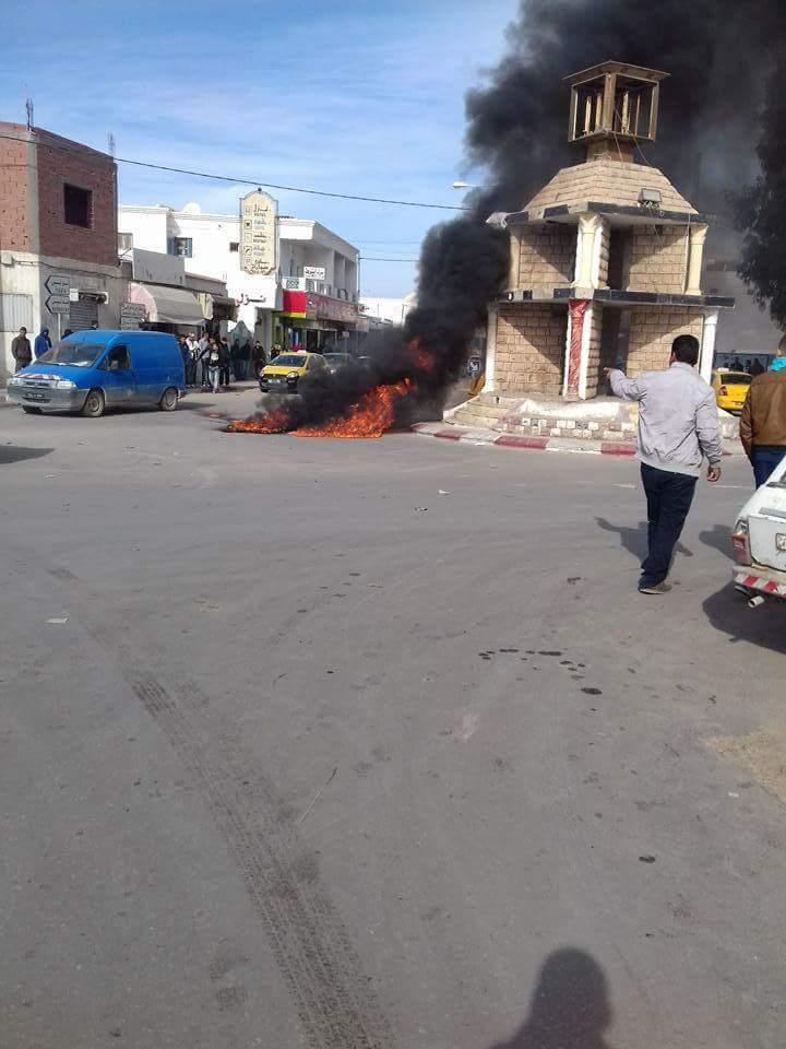 #ليبيا_الآن تجار منطقة بن قردان يحرقون الإطارات المطاطية احتجاجًا على وصوفوه بالتضييق على تجارتهم https://t.co/Z26b0dCSJA
