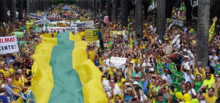 Manifestantes estendem uma bandeira de Minas Gerais e desfilam com boneco do Lula https://t.co/axT217TBFw https://t.co/1hglZR0VJV