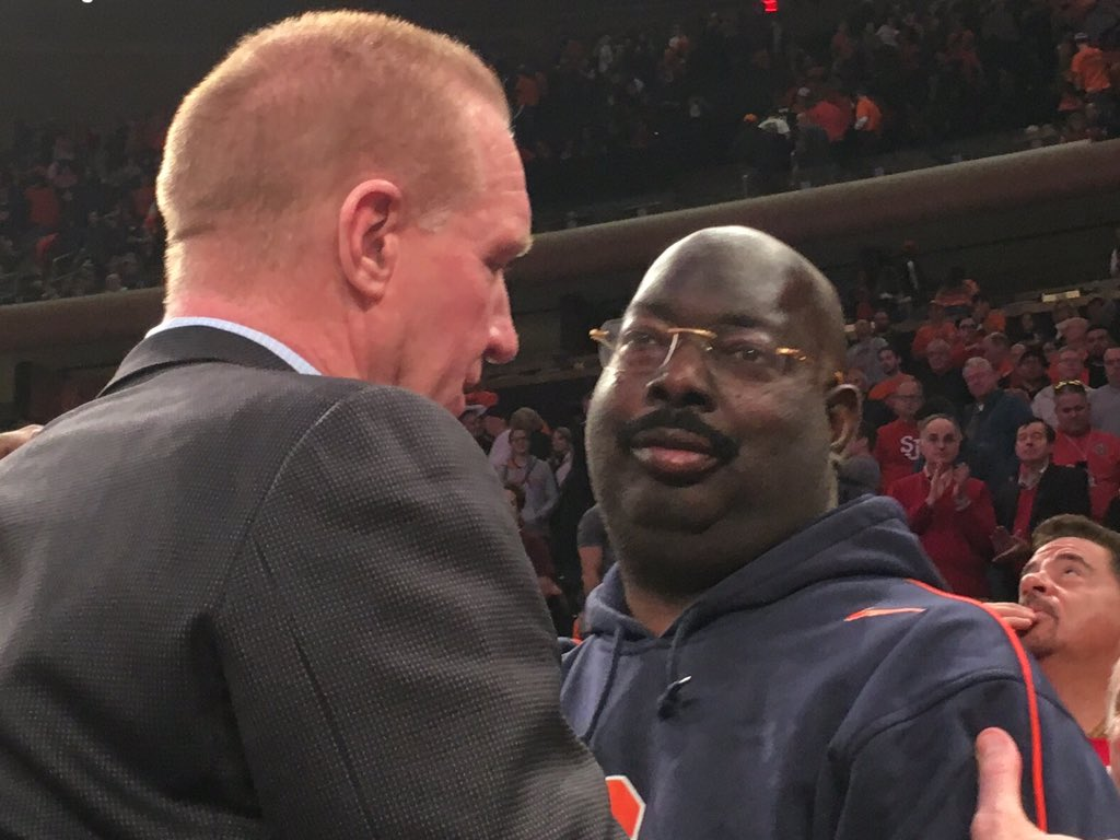 Class act by Chris Mullin, greeting Pearl Washington immediately after the game. https://t.co/vtGb7KKAUA