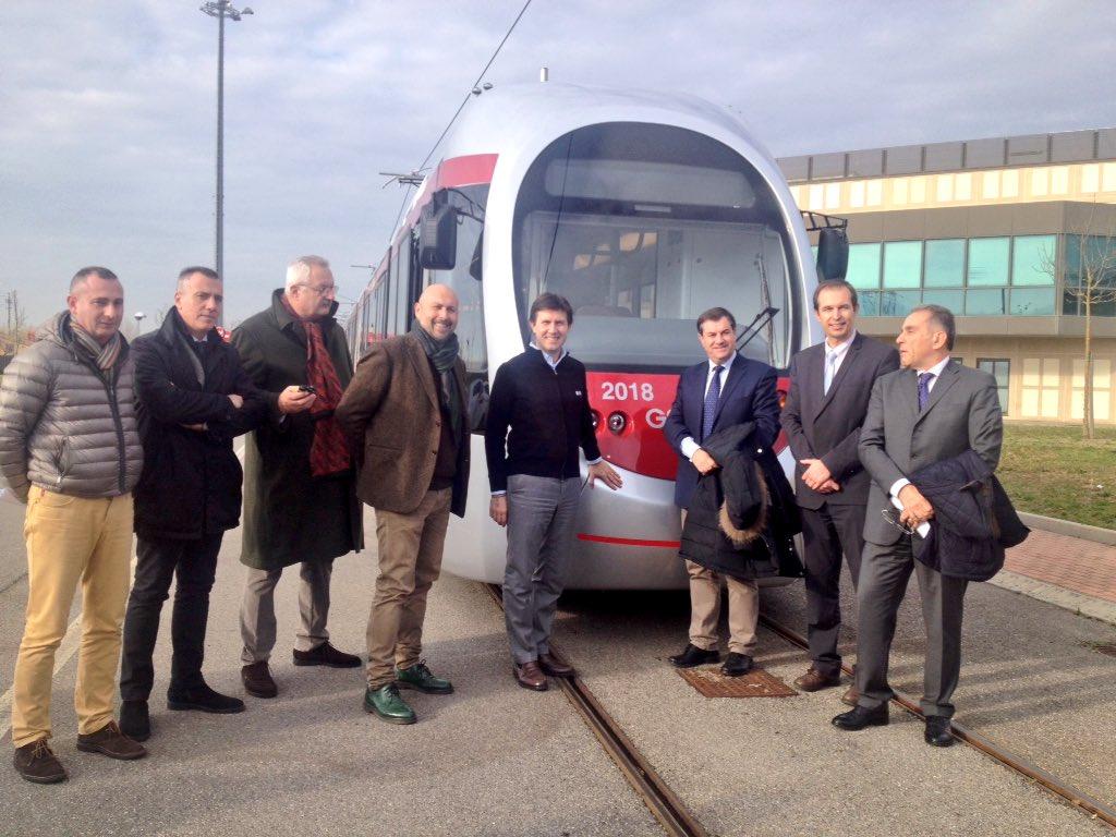 """RT @DarioNardella: È arrivato Sirio: primo veicolo della nuova flotta delle linee 2 e 3 della tramvia. 29 nuovi mezzi entro inizio 2017 htt…<a target=""""_blank"""" href=""""https://t.co/yU3fgqe6RM""""><br><b>Vai a Twitter<b></a>"""