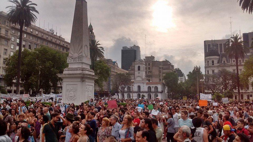 El cerco mediático es impresionante  ningún medio muestra lo q ahora sucede en Plaza Mayo #LeyDeMedios https://t.co/7nrKvvtEiR
