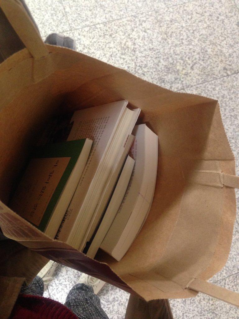 홍대 지하철역 동남문고 문 닫는다네요.자주 가던 곳은 아니지만, 이번 달 말까지라고 20%세일중, 폐업, 이런 표시 보니 씁쓸하고... 얼떨결에 책 사갖고 귀가중입니다 https://t.co/yD21PzPxCU