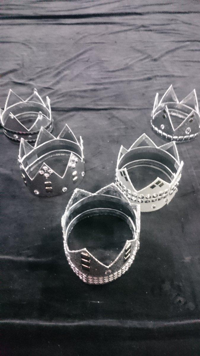 月刊ザテレビジョンお正月特大号は、12月17日より全国順次発売! 表紙&巻頭は嵐の5人! こちらは、グラビアで使用した5つの王冠です。王子に変身していただきましたよ~♪ https://t.co/2EKCXvVyRC