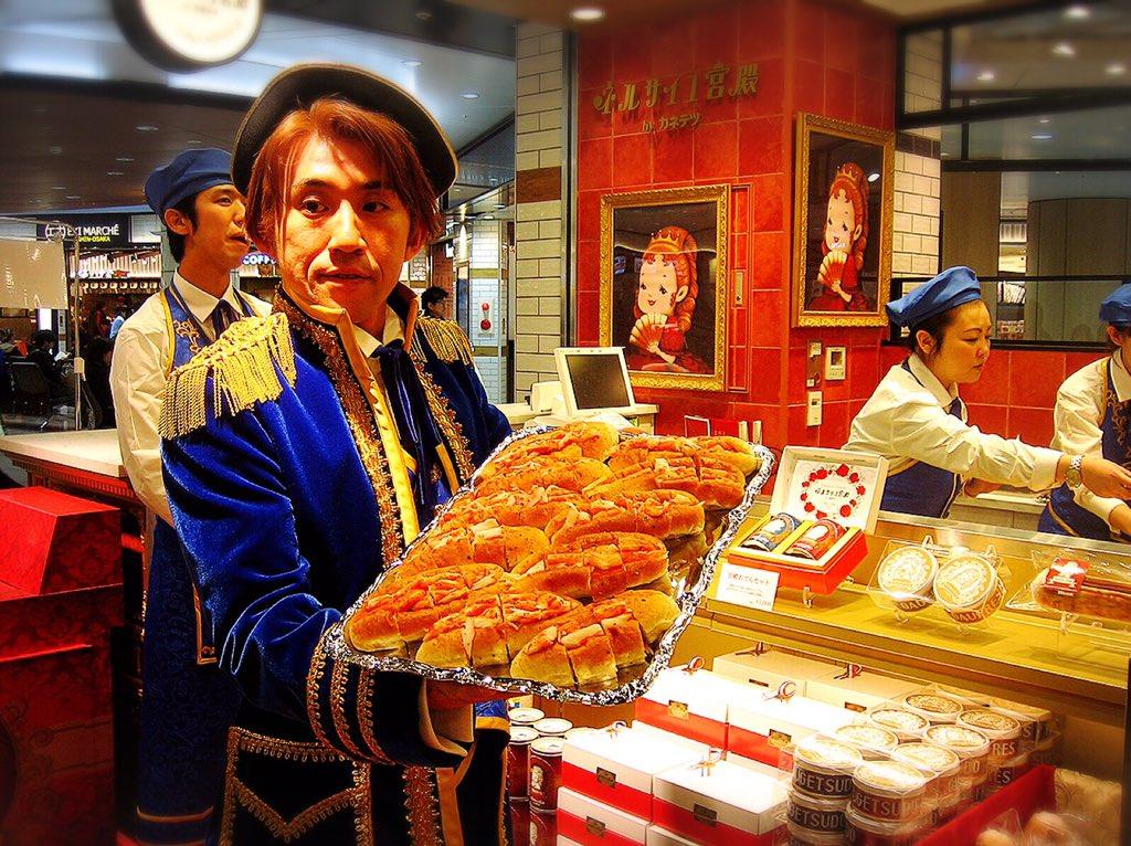 12月21日(月)、カネテツ初の練りモノ専門ショップ「ネルサイユ宮殿」がエキマルシェ新大阪にオープン!執事様が持っているのはパン・ド・ほぼカニ、贅沢感No. 1の惣菜パンらしいです! https://t.co/q2FCPghViv