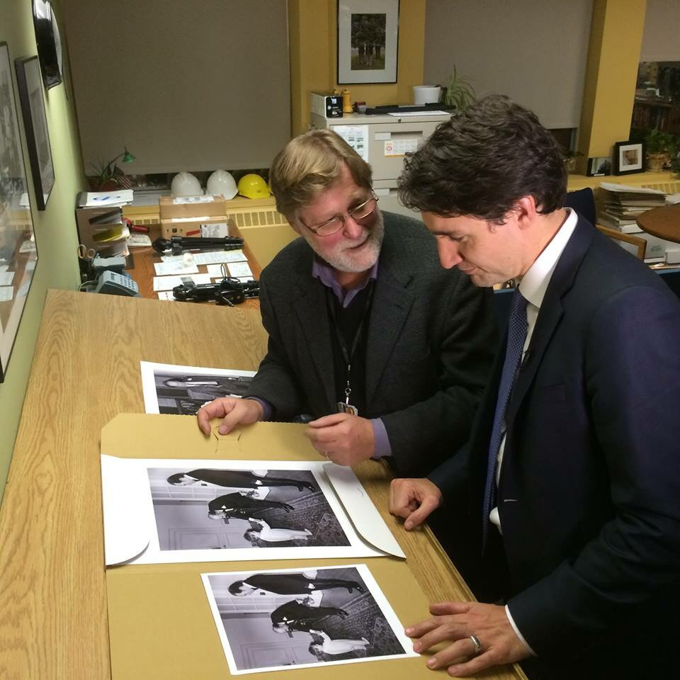 Fred Chartand of @CdnPress_Ott shows off his pix of a young @JustinTrudeau greeting dignitaries in his pjs. #cdnpoli https://t.co/y1jfzTsKtG