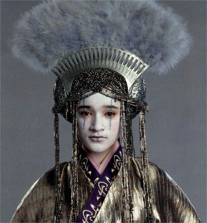 Une dernière coiffure avec la Reine Apailana (épisode III), dont le peigne évoque des coiffes chinoises #StarWars https://t.co/ZMKqRvOZ2Z