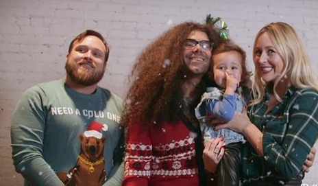 watch coheed and cambria leader claudio sanchez play a soulful cover of white christmas - White Christmas Play