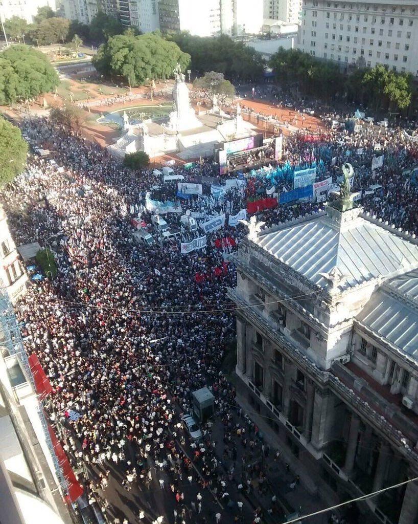 El pueblo empoderado salió a defender pacíficamente la #LeyDeMedios https://t.co/CT0KRGdg4u