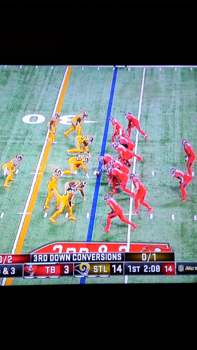 Ohhh, I turned on the game. I can't watch this. They look like the fake teams used in commercials. #yuckyColors https://t.co/qDLFRerg9q