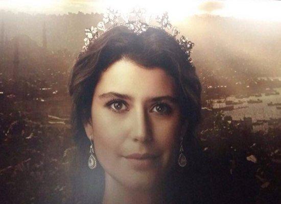 """Beren Saat'in """"Muhteşem Yüzyıl Kösem""""deki ilk fotoğrafı da billboardlardaki yerini aldı. #MuhtesemYuezyılKoesem https://t.co/kYTPJxK16e"""