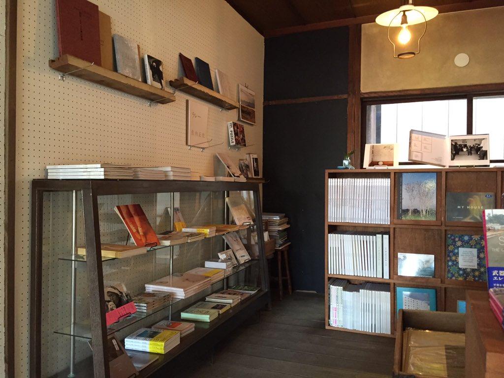 本日19日11時、新潟市・沼垂に写真集を中心とした書店〈BOOKS f3(エフサン)〉がオープン。タイミングよく最初の客になれました。元時計店の店舗に写真集がなじむ。洋書を含む新刊、古本を扱う。カフェもあり。ぜひ行ってみて! https://t.co/4uTW8dy9QA