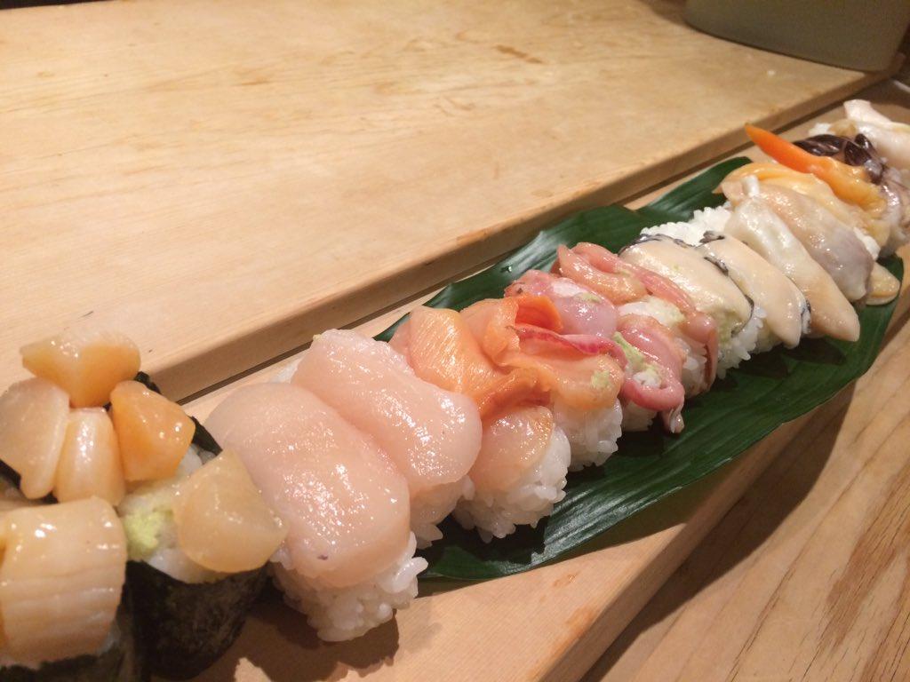 東京メトロ日比谷線築地駅から徒歩6分ほどのところにある「ぎんざまぐろや」に行ってきました。土曜、祝日(日曜休業)90分食べ放題3500円という築地の寿司としては破格の値段。中トロやウニなど、普段食べないような寿司を美味しく頂きました https://t.co/DsBWImssqm