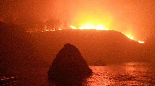 Xuntes, les dos imáxenes entiéndense meyor. Bomberos quemaos pa una Asturies quemada. #AsturiesArde https://t.co/kzYyzbbc61