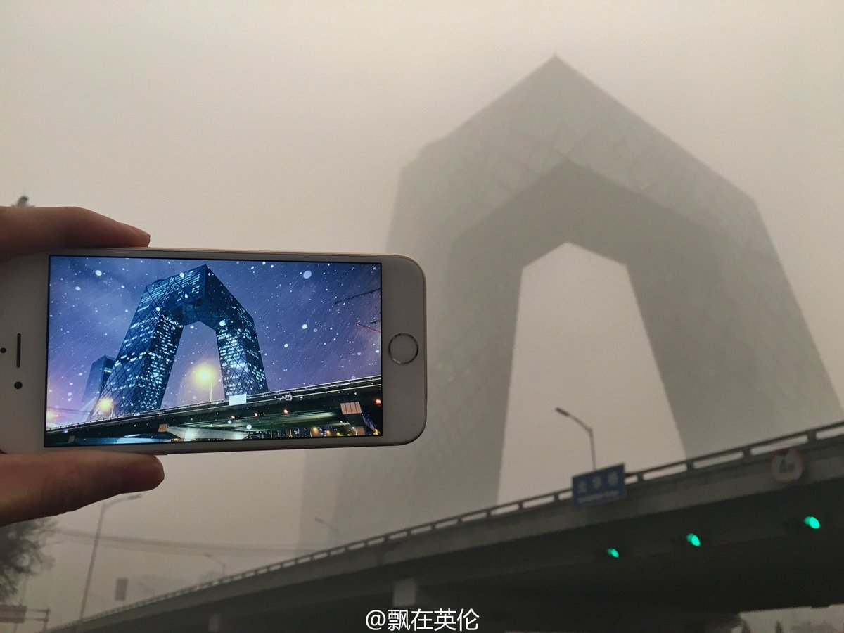 Weibo user posts clean photos of Beijing landmarks against its smog. Imagine breathing that  https://t.co/I81Gv7Vasd https://t.co/wIMASrgGQt