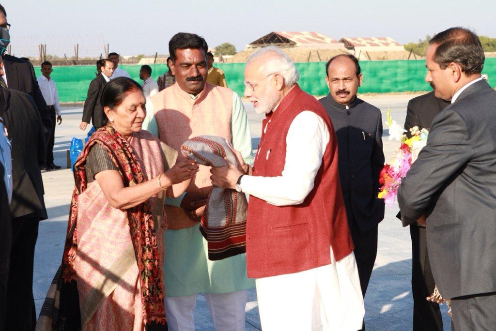 #Gujarat CM Smt @anandibenpatel sees off Hon'ble PM Shri @narendramodi after his 3-day Kutch visit https://t.co/AxxdJNaaQZ