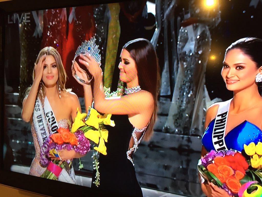 El momento en el que le quitan la corona a MissColombia para coronar a MissFilipinas. ¡Qué error! #MissUniverse2015 https://t.co/9b76FlCD9P