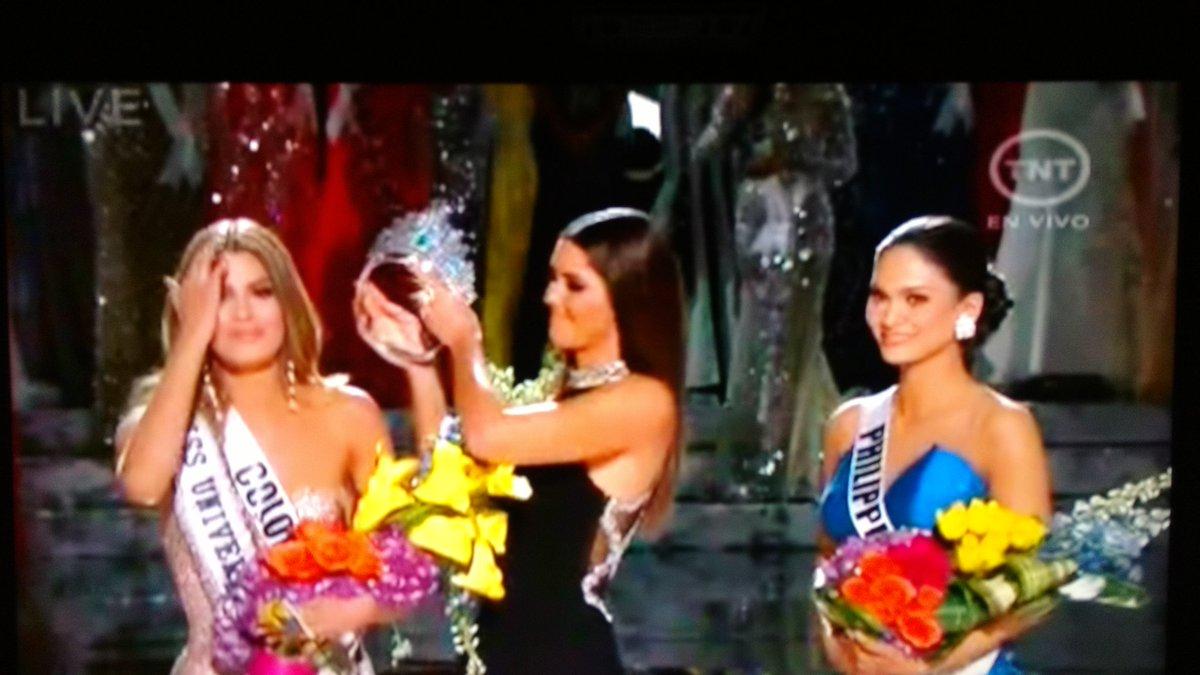 Aquí quitándole corona a Miss Colombia ya coronada... #MissUniverse2015 #epic Falls https://t.co/5s9HKQJ5Ef