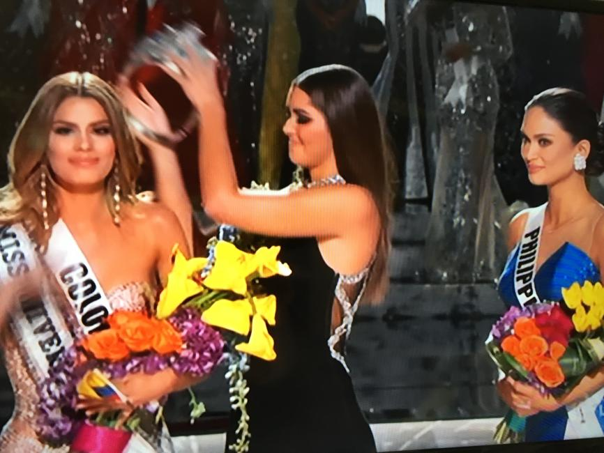 EPIC PAGEANT FAIL: Wrong winner gets #MissUniverse2015 crown https://t.co/nh1eOKDl1R https://t.co/Wqv8MUS41S