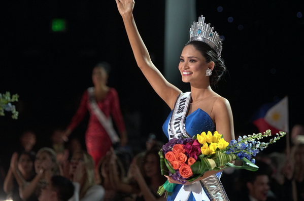 LOOK: @PiaWurtzbach crowned as the 64th Miss Universe. #MissUniverse2015 | Photos from @MissUniverse https://t.co/KALK75iH0p