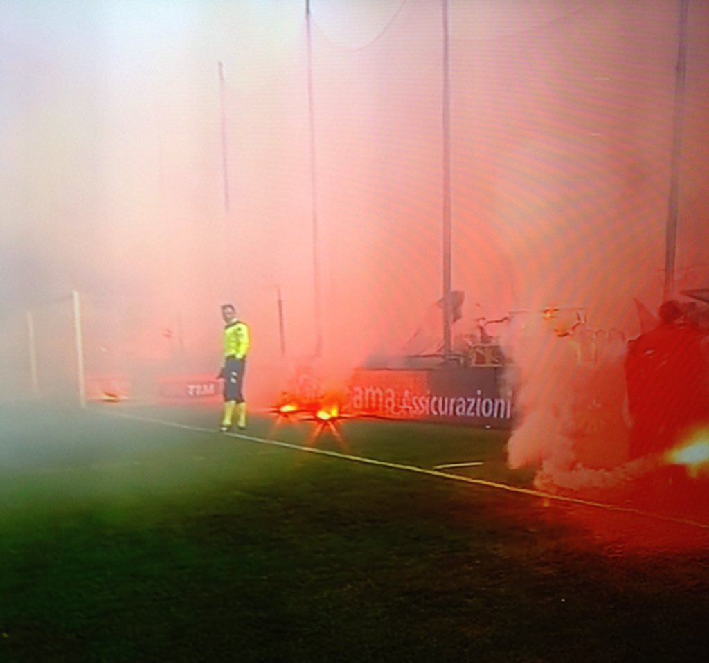 Just an ordinary day for the goal line official at the #DerbyDellaLanterna #GenoaSamp https://t.co/TVcz8ZFT4M