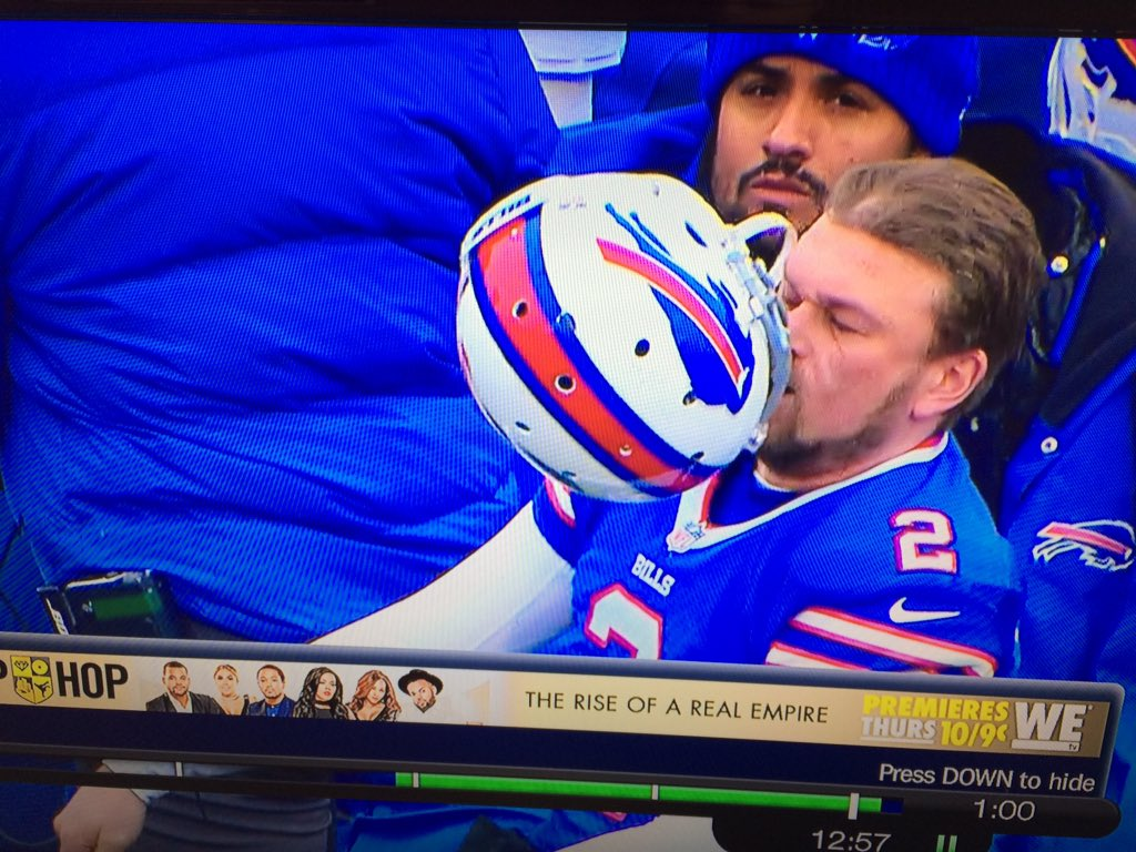 Add injury to insult for #Bills PK Dan Carpenter. Slammed helmet after XP miss. Bounced back into his face. https://t.co/lYI02Nfi2t