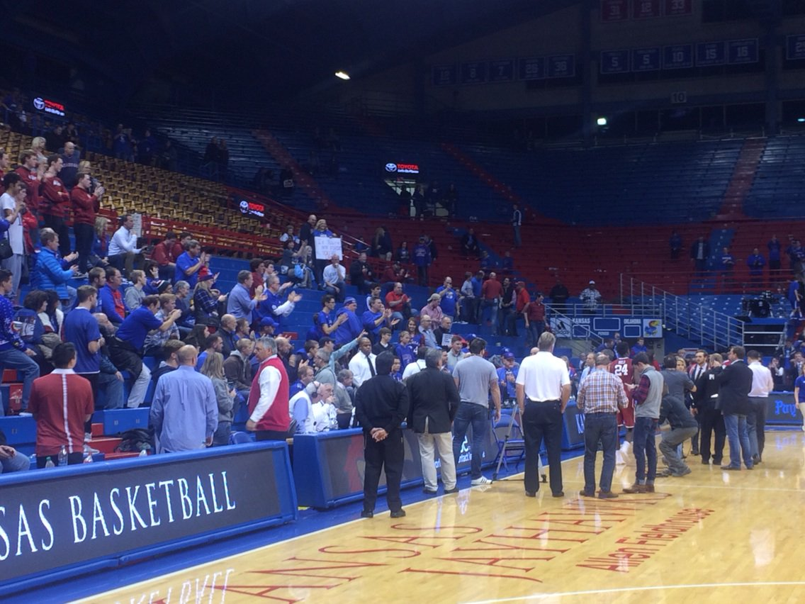 Never seen this @KUHoops fans still on hand just gave @buddyhield standing ovation after he finished @NotthefakeSVP https://t.co/9qpWlTDNSO