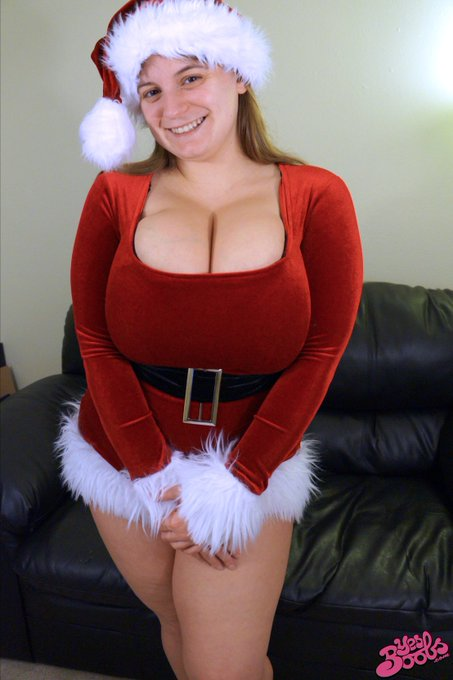 RT @BustySarahRae: Merry Christmas from me and https://t.co/p5YGWbLWPj! #hugeboobs #bigtits #yesboobs