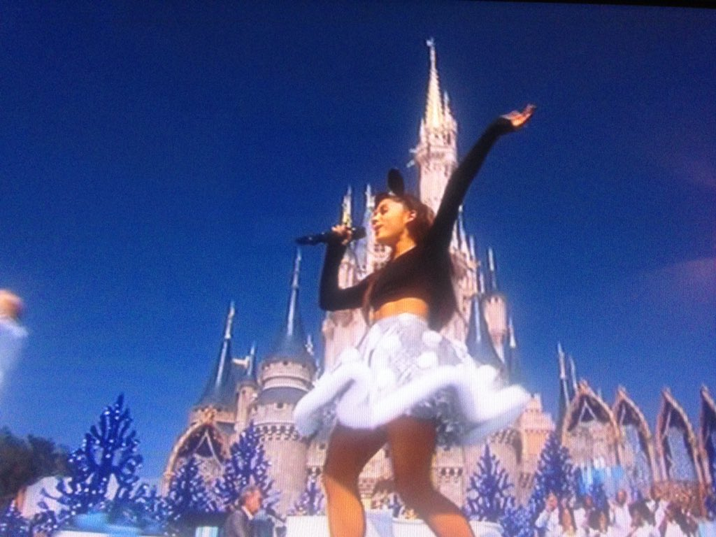 The fact @ArianaGrande was like, 'I'm singing zero to hero today' is giving me all I need. #ABC7now  #DisneyDeepCut https://t.co/btmWcJArZP