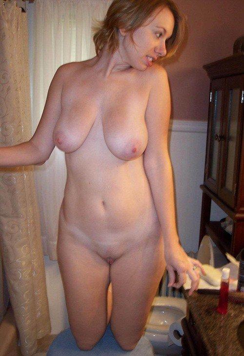Голая зрелая женщина показывает тело
