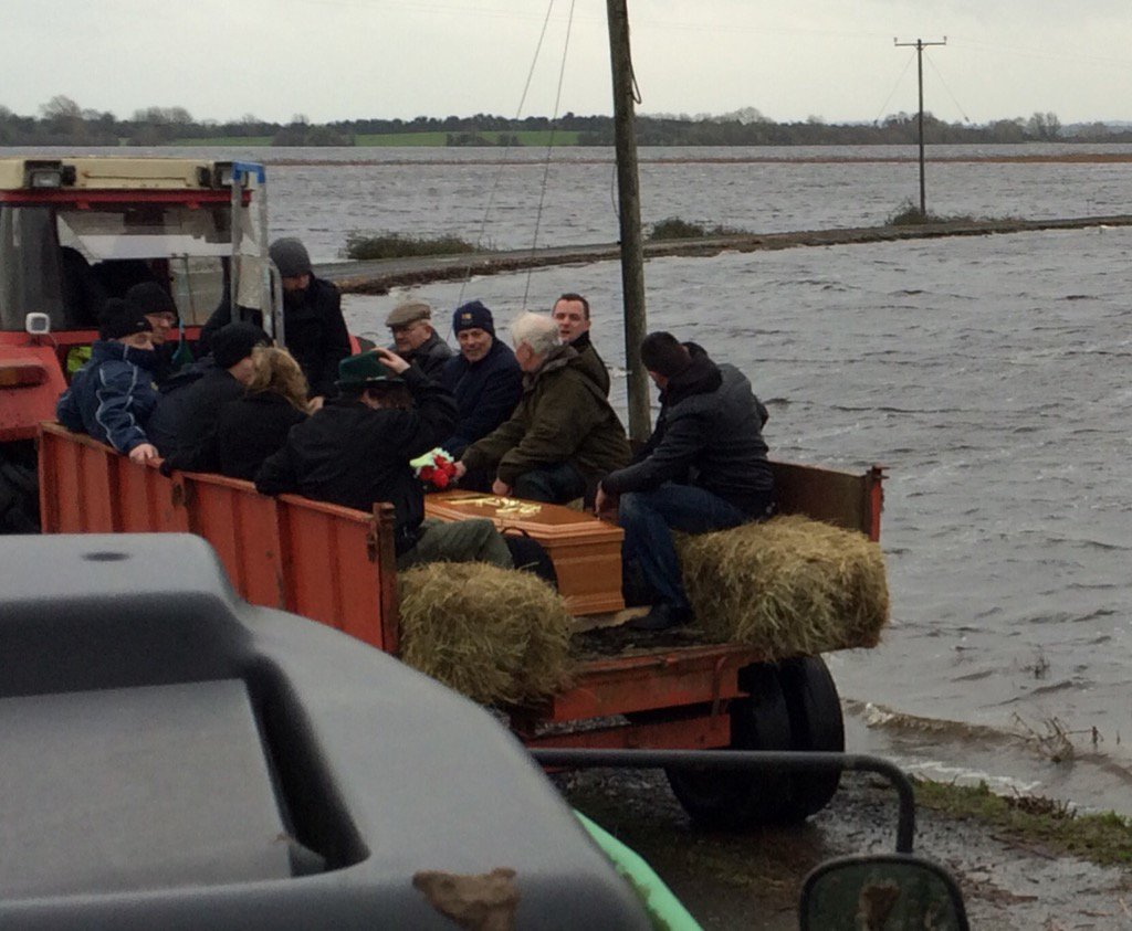 FUNERAL Procession through the floods at Saints Island , Longford today @RTENewsAtOne @ciaranmullooly https://t.co/xhL2FIw2Y2