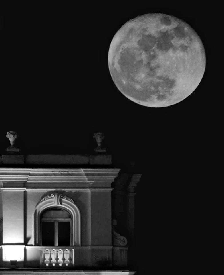 La última luna llena de 2015, anteayer, en Alcalá de Henares (foto enviada por un amigo de Alcalá, @respinosak1 ) https://t.co/VjqpDseBjK