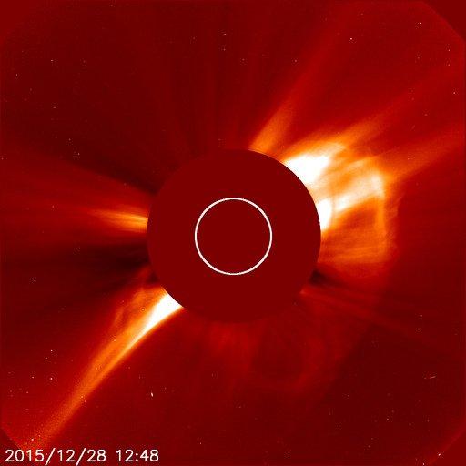 大晦日ですが、コロナ質量放出が地球直撃しそうです。太陽プロトンを生成できる勢いある惑星間空間衝撃波が出ており、大きな磁気嵐が発生する可能性あります。要注意 https://t.co/caocCWpI8m