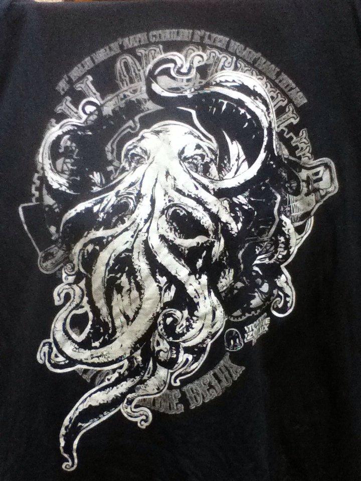 コミケ三日目31日東ア-57b にて #Cthulhu Tシャツ各種サイズ取り揃えてお待ちしております。  #クトゥルフ #クトゥルー https://t.co/0dGqVHbRUO