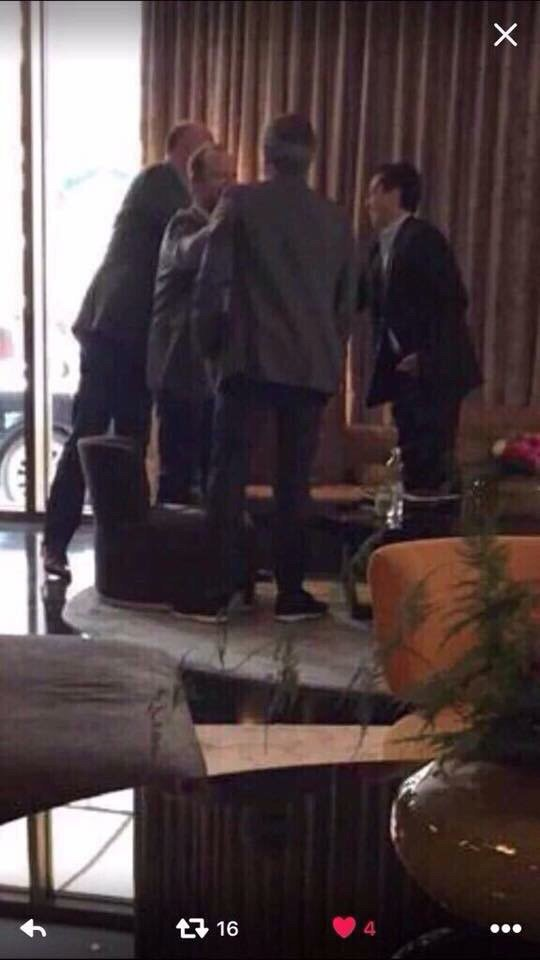 Is this who I think it is - waiting for a meeting in a Manchester hotel with who I think it is? https://t.co/rMQLDjDZfY