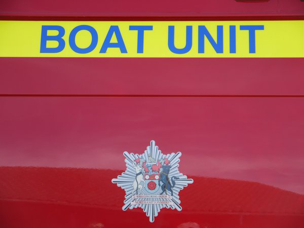 @northantsfire boat team will be working alongside a team from @HumbersideFire in York today #floods https://t.co/SomfSmVt76