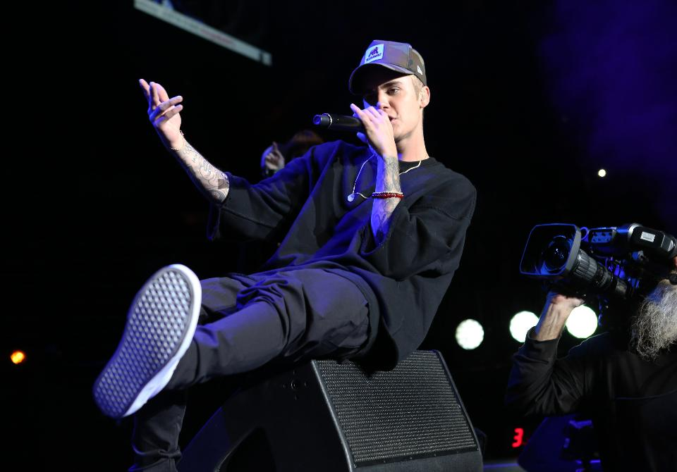 In November, Justin Bieber charted 17 songs at the same time https://t.co/URNeBLllFD https://t.co/Drk3kWBpPi