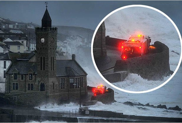 #Cornwall bin men battle monster waves to finish round | https://t.co/bZsu4rWe84 #StormFrank https://t.co/zn9Zc7K81u
