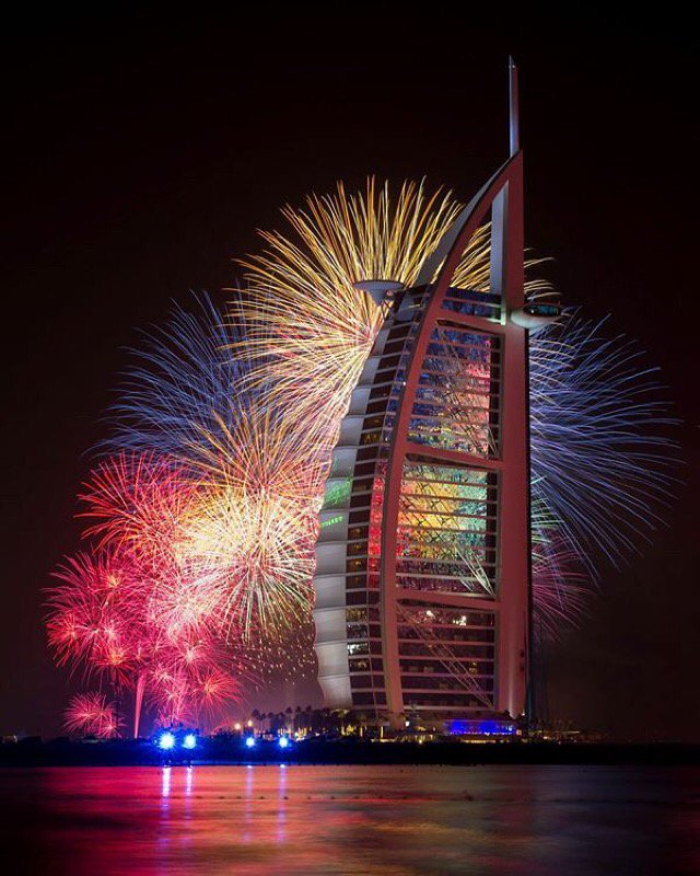 Take a moment to reflect @BurjAlArab #GetReady #NewYear #2016 #Fireworks #Dubai https://t.co/mxFJu1ro1B