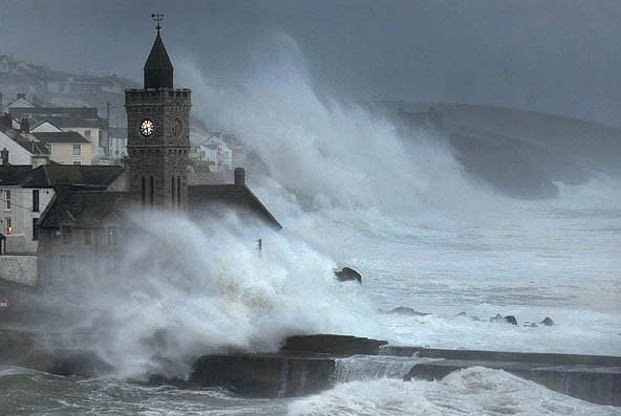 Dramatic pictures show how #StormFrank has made his impact in the Westcountry https://t.co/YrXeW3nMAT https://t.co/oATCNV7kI3