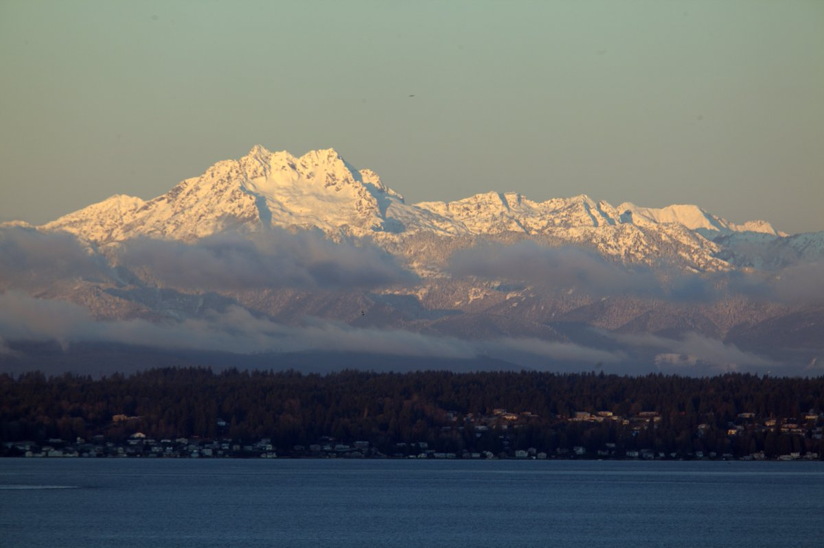 The Olympics are spectacular this morning, uncloaked, no clouds. Photo by Chris Frankovich. https://t.co/WINJ0scZvE